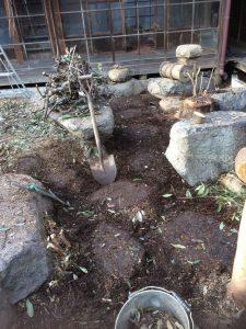 掘ると敷石が出てきました!